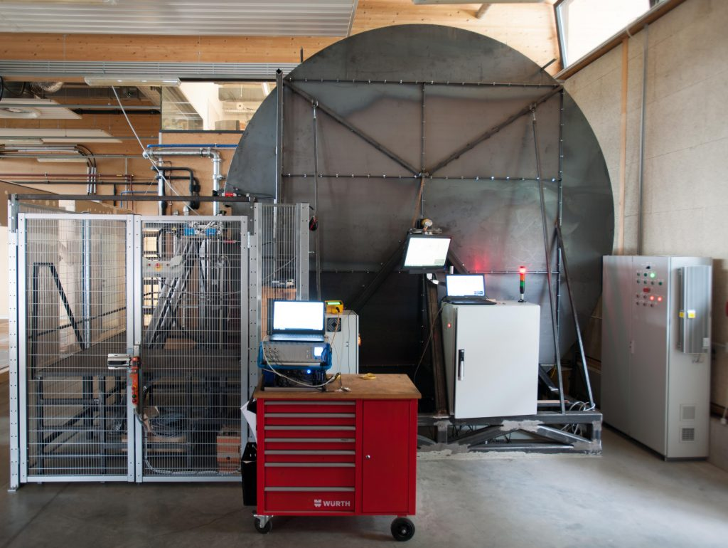 Vyvinuté meřicí zařízení umožňující testování přímočarého řezného procesu dřeva